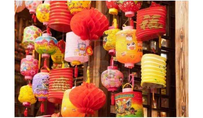 lentera-lentera kertas dari Cina yang berbentuk bunga