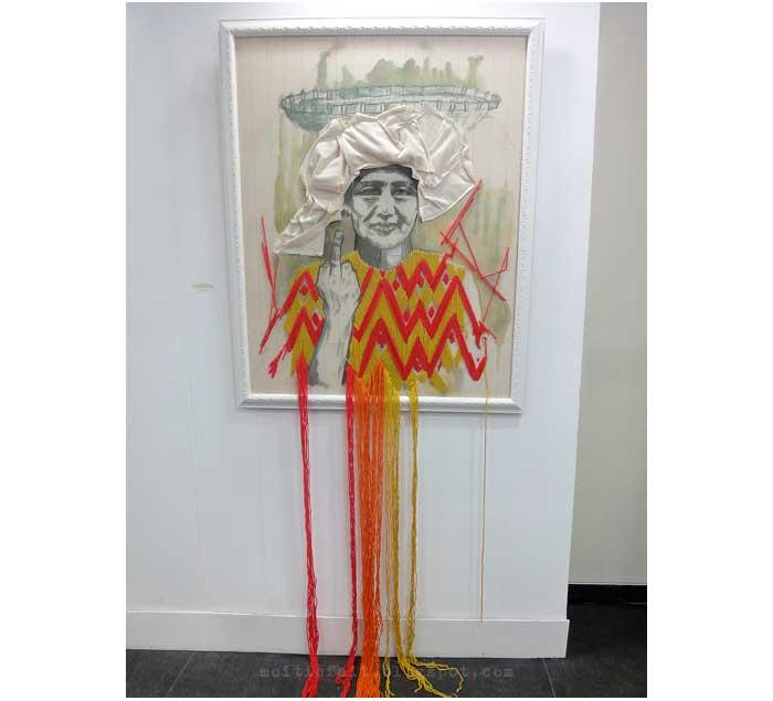 Monica Hapsari melukis dengan menggunakan benang