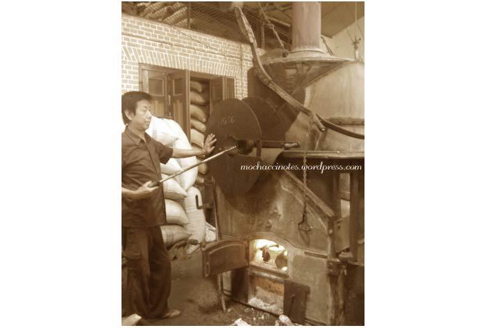 proses menyangrai biji kopi di dalam pabrik kopi aroma