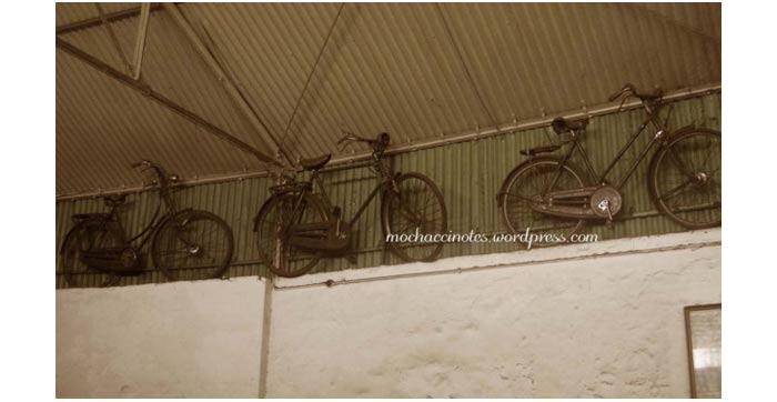 Sepeda yang terpampang di dalam pabrik kopi aroma