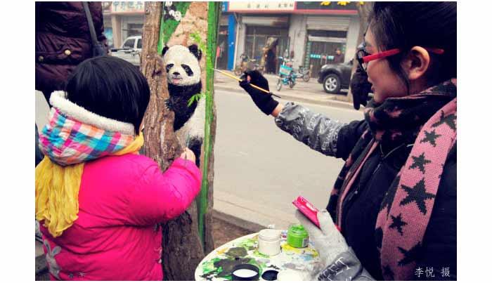 wang yue dibantu oleh temannya