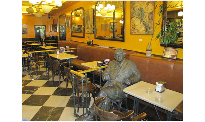 800px-Estatua_Gonzalo_Torrente_Ballester_Cafe_Novelty_Salamanca-640x480