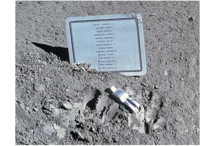 Karya seni astronot berjudul Fallen Astronaut