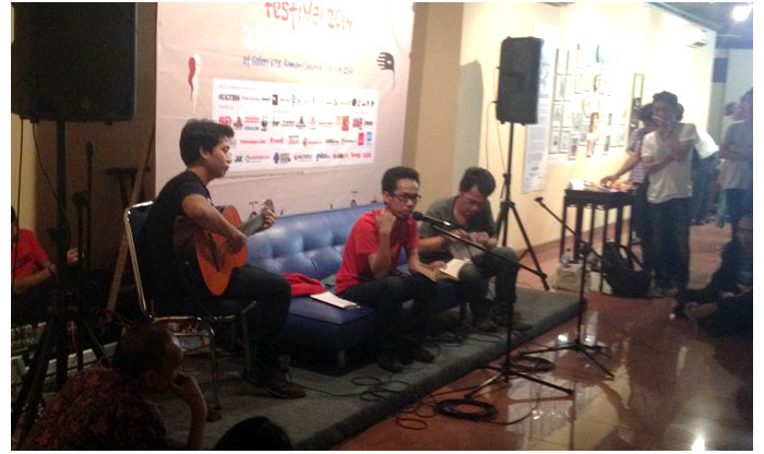Aan-Mansyur-membacakan-puisi-di-Kemang-Art-&-Coffee-Festival-2014