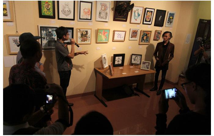 Atreyu-Moniaga-sedang-menceritakan-tentang-karyanya-untuk-pameran-Silakan-ambil,-didampingi-oleh-Raden-Masdira-dari-Summon-Studio-di-Kemang-Art-&-Coffee-Festival-2014