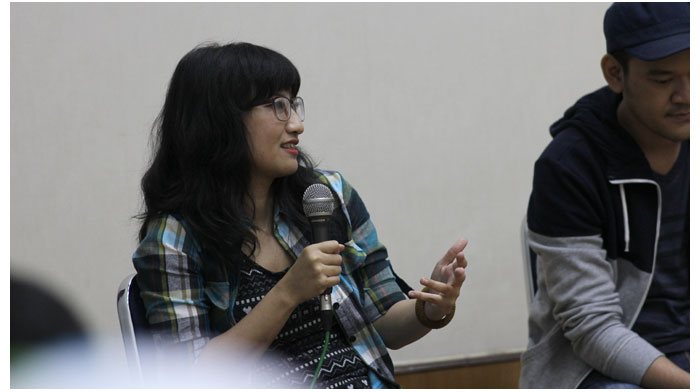 Mayumi-Haryoto-sedang-menceritakan-tentang-Fabula-Agency-di-sesi-sharing-Kemang-Art-&-Coffee-Festival-2014