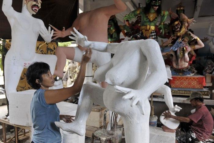 Ogoh-ogoh yang berada dalam proses pengerjaan. (Sumber gambar: metrotvnews.com)