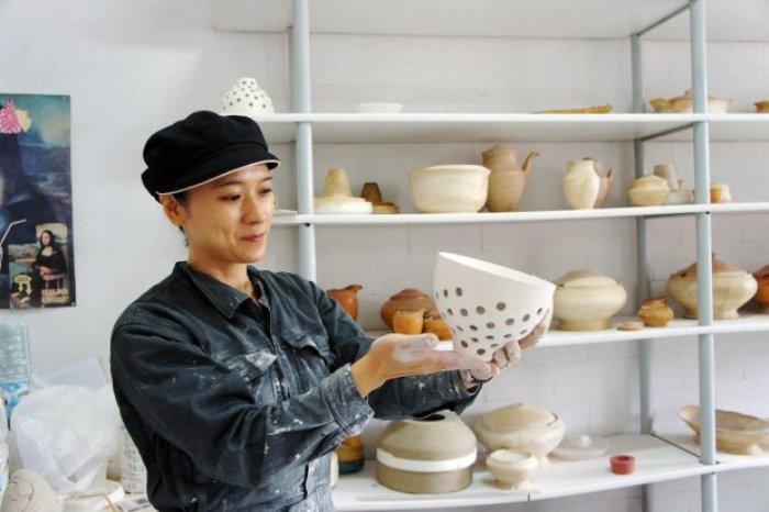 Sakurai Yasuko sedang mengerjakan kreasinya. (sumber gambar: bi.gazeta.pl)