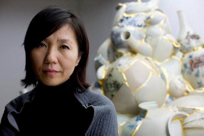 Potret Yee Sookyung dengan latar salah satu karyanya (sumber gambar: artnau.com)