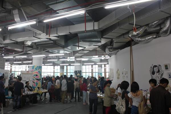 pengunjung art market foto oleh: rivanlee