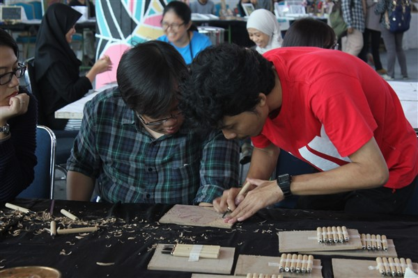 Workshop cukil kayu di Catalyst Art Market (foto: Rivanlee)