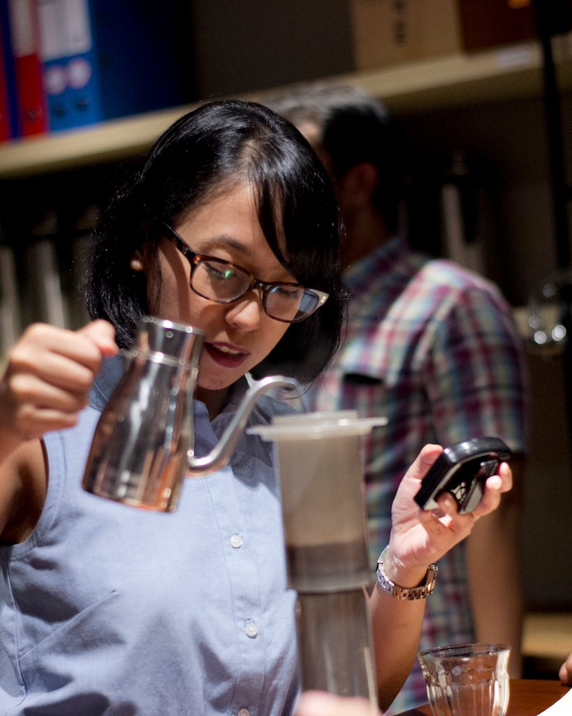 nindya lubis di kelas basic manual brewing 5758 coffee lab bandung